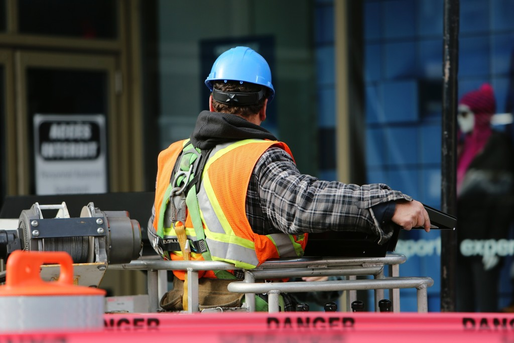 construction-worker-569126_1920